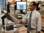 cżłowiek w supermarkecie
