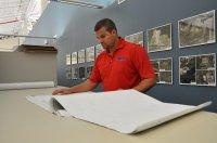 Geodeta pracujący przy mapach