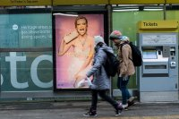plakat na przystanku