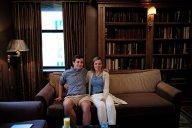Małżeństwo siedzące na sofie