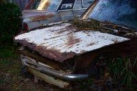 zdewastowany samochód