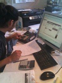 praca przed biurkiem