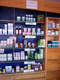 apteka, półki z lekami