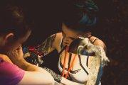 dziewczyna robi tatuaż w studiu tatuażu w Szczecinie